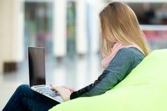 Chica joven que trabaja en el ordenador portátil Imagenes de archivo