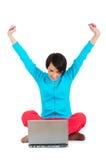 Chica joven que trabaja en la computadora portátil aislada Foto de archivo libre de regalías