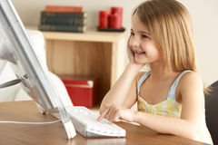 Chica joven que usa el ordenador en el país Imagen de archivo