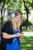 Chica joven que usa el teléfono celular Imagenes de archivo