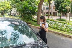 Chica joven que usa el teléfono elegante en el centro de ciudad Fotos de archivo libres de regalías