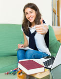 Chica joven que usa la computadora portátil Fotografía de archivo