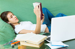 Chica joven que usa la computadora portátil en el país Imagen de archivo