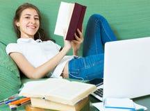 Chica joven que usa la computadora portátil en el país Imagenes de archivo