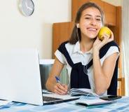 Chica joven que usa la computadora portátil en el país Imagen de archivo libre de regalías