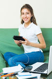 Chica joven que usa la computadora portátil en el país Fotografía de archivo