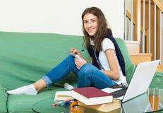 Chica joven que usa la computadora portátil en el país Fotos de archivo libres de regalías