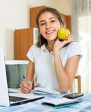 Chica joven que usa la computadora portátil en el país Fotografía de archivo libre de regalías