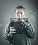 Chica joven que usa la pantalla virtual Imágenes de archivo libres de regalías