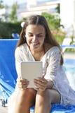 Chica joven que usa la tableta digital Fotos de archivo libres de regalías