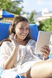 Chica joven que usa la tableta digital Fotografía de archivo