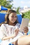 Chica joven que usa la tableta digital Imágenes de archivo libres de regalías