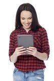 Chica joven que usa la tableta digital Imagenes de archivo