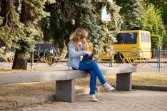 Chica joven que usa la tablilla Fotos de archivo