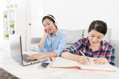 Chica joven que usa música que escucha del ordenador móvil Imagen de archivo libre de regalías