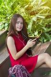 Chica joven que usa smartphone Imágenes de archivo libres de regalías