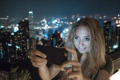 Chica joven que usa smartphone Fotografía de archivo