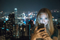 Chica joven que usa smartphone Foto de archivo libre de regalías