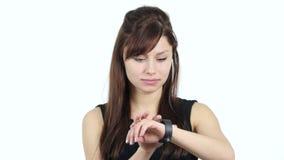 Chica joven que usa Smartwatch, fondo blanco almacen de metraje de vídeo