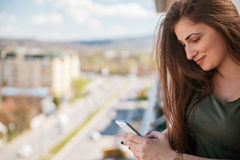 Chica joven que usa un smartphone Fotografía de archivo