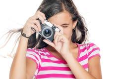 Chica joven que usa una cámara compacta Fotos de archivo libres de regalías