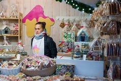Chica joven que vende el pan de jengibre en mercado de la Navidad de Vilna Fotografía de archivo libre de regalías