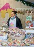 Chica joven que vende el pan de jengibre en mercado de la Navidad de Vilna Foto de archivo libre de regalías