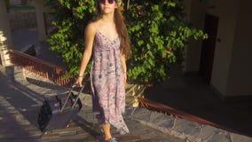 Chica joven que viaja en la calle con la maleta, cámara lenta metrajes