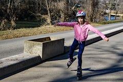Chica joven rollerblading Foto de archivo libre de regalías