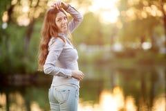 Chica joven romántica al aire libre que disfruta del modelo hermoso de la naturaleza adentro Imagen de archivo libre de regalías