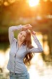 Chica joven romántica al aire libre que disfruta del modelo hermoso de la naturaleza adentro Imagen de archivo
