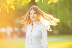 Chica joven romántica al aire libre que disfruta del modelo hermoso de la naturaleza adentro Foto de archivo