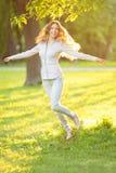 Chica joven romántica al aire libre que disfruta del modelo hermoso de la naturaleza adentro Imagenes de archivo