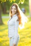Chica joven romántica al aire libre que disfruta del modelo hermoso de la naturaleza adentro Foto de archivo libre de regalías