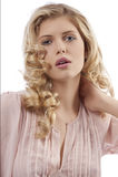 Chica joven rubia con la presentación del pelo rizado Fotografía de archivo libre de regalías