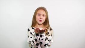 Chica joven rubia dulce que envía beso del aire almacen de video