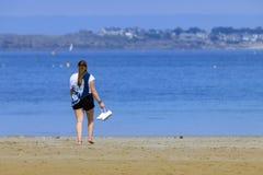 Chica joven rubia en la costa fotos de archivo