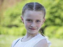 Chica joven rubia hermosa en la naturaleza, retrato al aire libre Imágenes de archivo libres de regalías
