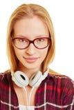 Chica joven rubia sonriente con los vidrios Fotos de archivo