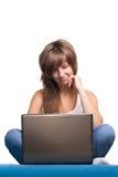 Chica joven satisfecha con la computadora portátil Fotos de archivo
