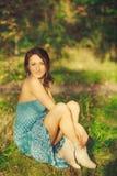 Chica joven sensual atractiva que presenta en el bosque Fotografía de archivo libre de regalías