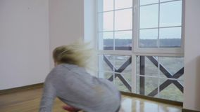 Chica joven sensualy que baila en piso en casa almacen de metraje de vídeo
