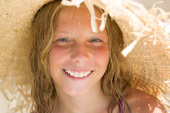 Chica joven smileing hermosa con el sombrero de paja Fotos de archivo