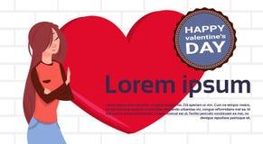 Chica joven sobre fondo de la plantilla de la forma del corazón con Valentine Day Label feliz ilustración del vector