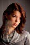Chica joven sola pensativa en la ventana Imagen de archivo