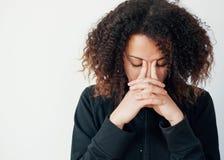 Chica joven sola y sola que siente presionada Foto de archivo libre de regalías