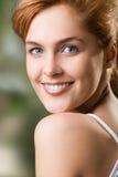 Chica joven, sonriendo foto de archivo libre de regalías