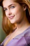 Chica joven, sonriendo Imagen de archivo