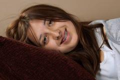 Chica joven sonriente Fotos de archivo libres de regalías