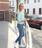 Chica joven sonriente bonita al aire libre en la ciudad Fotografía de archivo